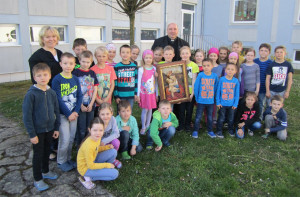 Erstkommunionkinder mit Pfarrer Franz Brei und Religionslehrerin Helene Buranits
